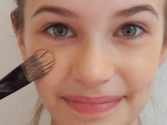 HOW TO APPLY FOUNDATION FOR A FLAWLESS FINISH
